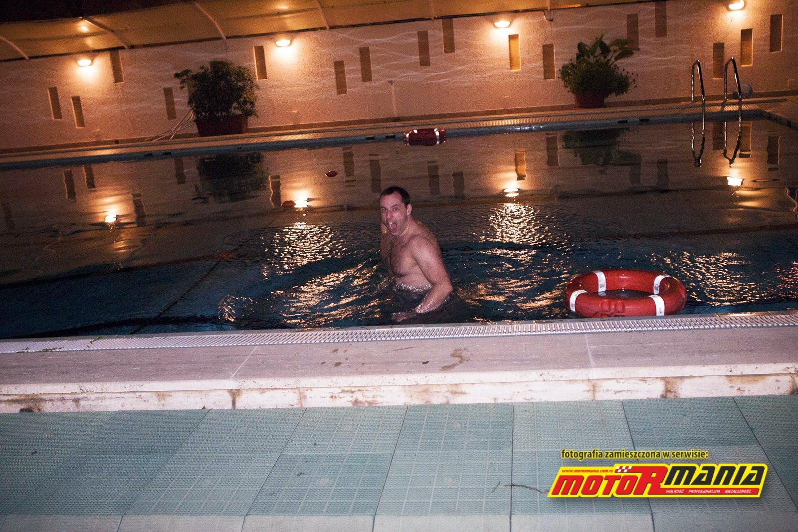 Temperaturę w basenie można mierzyć termometrem lub grymasami Przemka