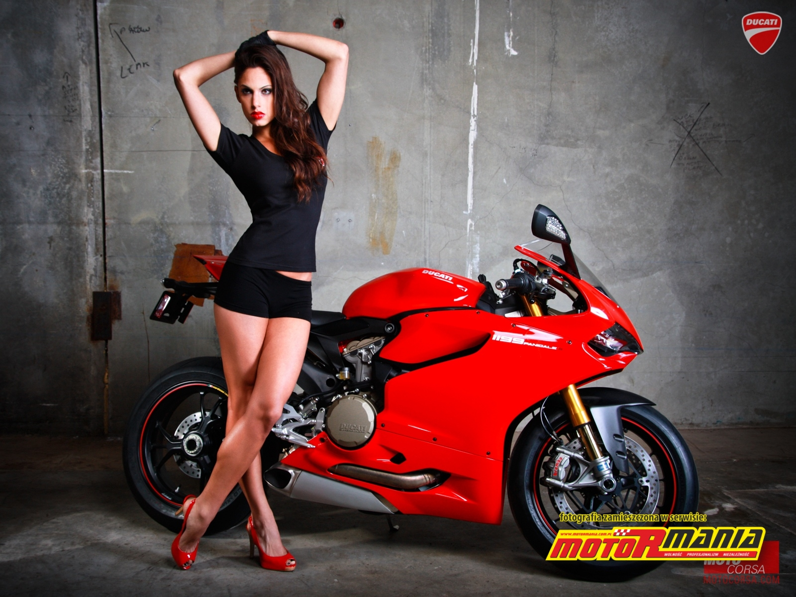 Piekny motocykl i modelka