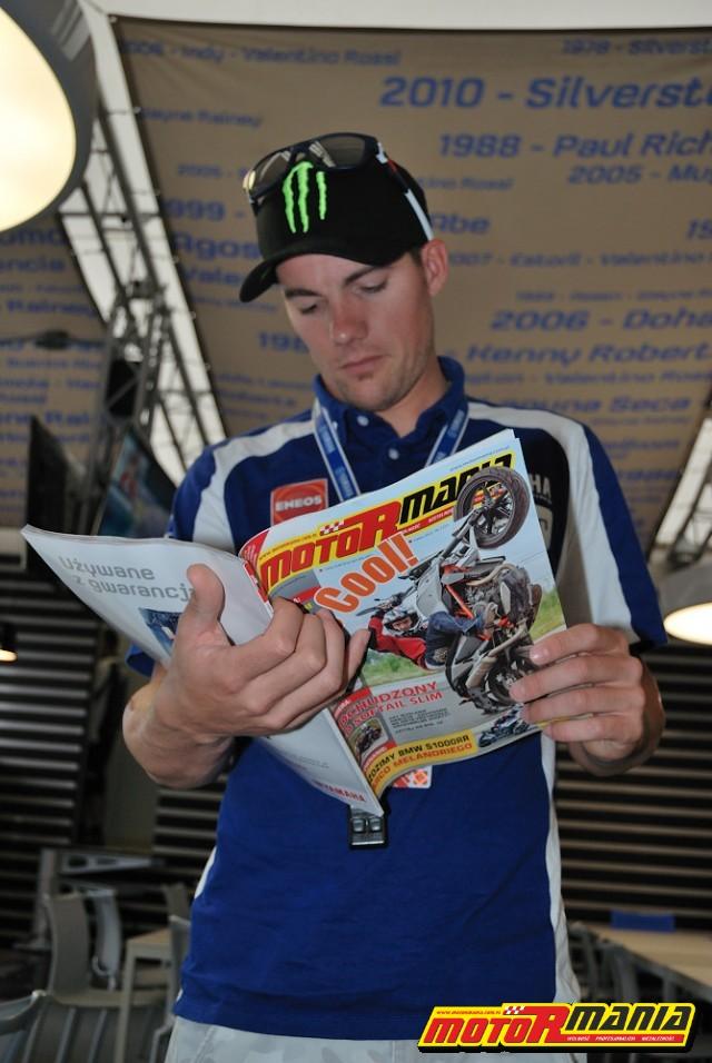 Ben Spies podczas lektury MotoRmanii - foto: Mick
