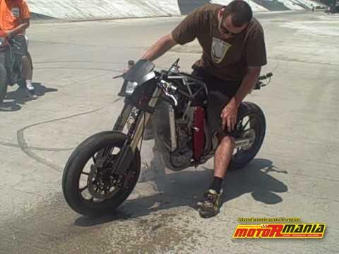Palenie gumy przednim kołem w motocyklu