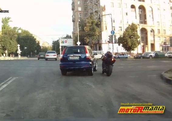 SUV i motocyklista kolizja na skrzyzowaniu