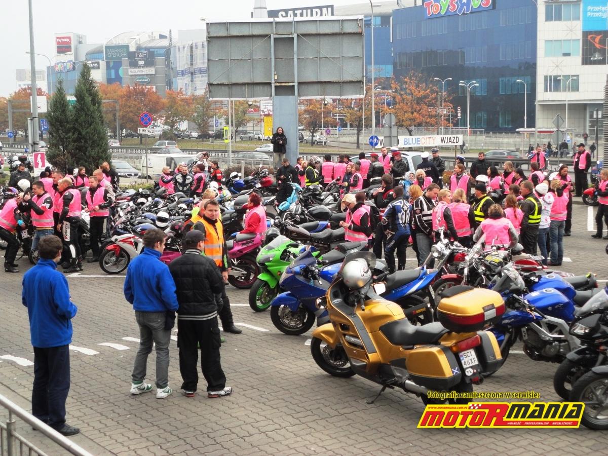 ekipa motorozowych na parkingu