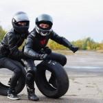 Motocyklisci i ich opony w zakrecie