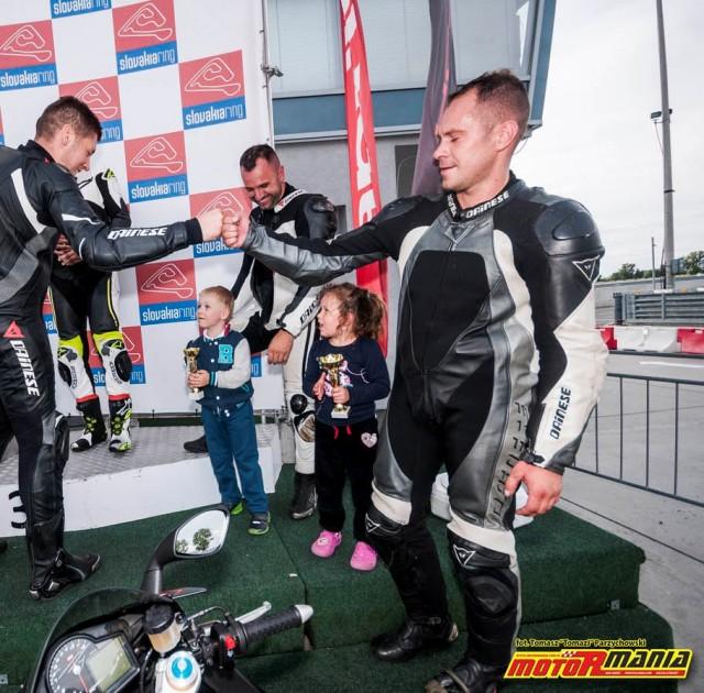 Andrzej Otreba z coreczka na podium RSV4 - Slovakiaring (2)