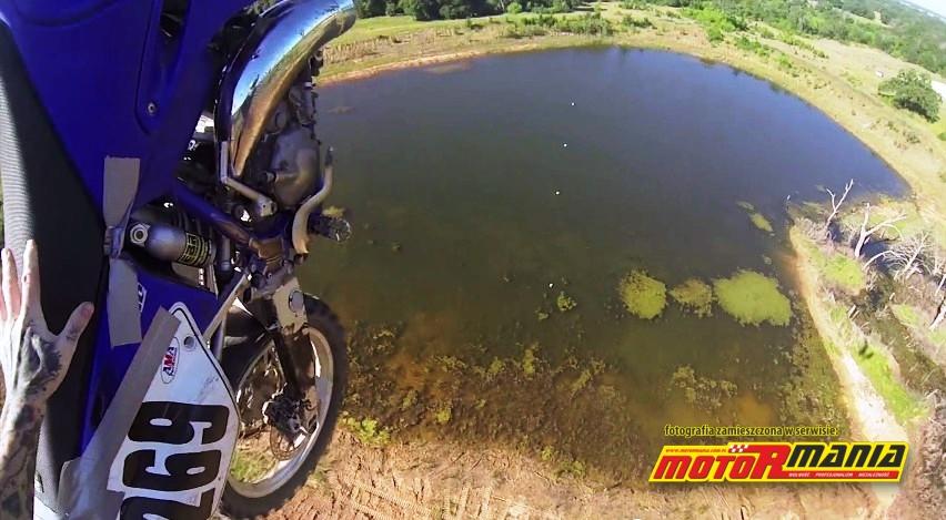 skok base jump na motocyklu