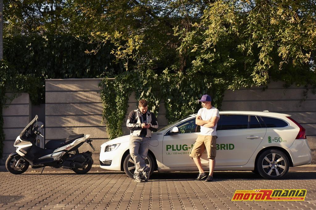 Volvo V60 Plug-In Hybid vs Aprilia SR Max 300 - fot Adam Włóczkowski (12)