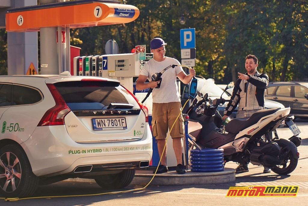 Volvo V60 Plug-In Hybid vs Aprilia SR Max 300 - fot Adam Włóczkowski (9)