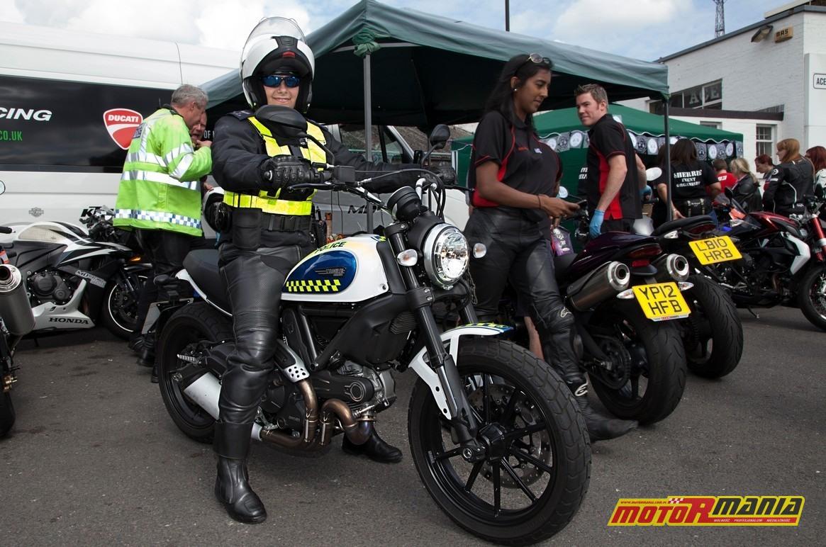 Kobieta motocyklistka policjanta na ducati scrambler
