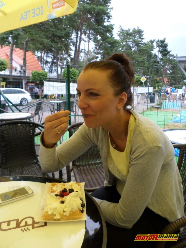 Pobierowo – Aga w akcji, lody i gofry czynią ją szczęśliwą