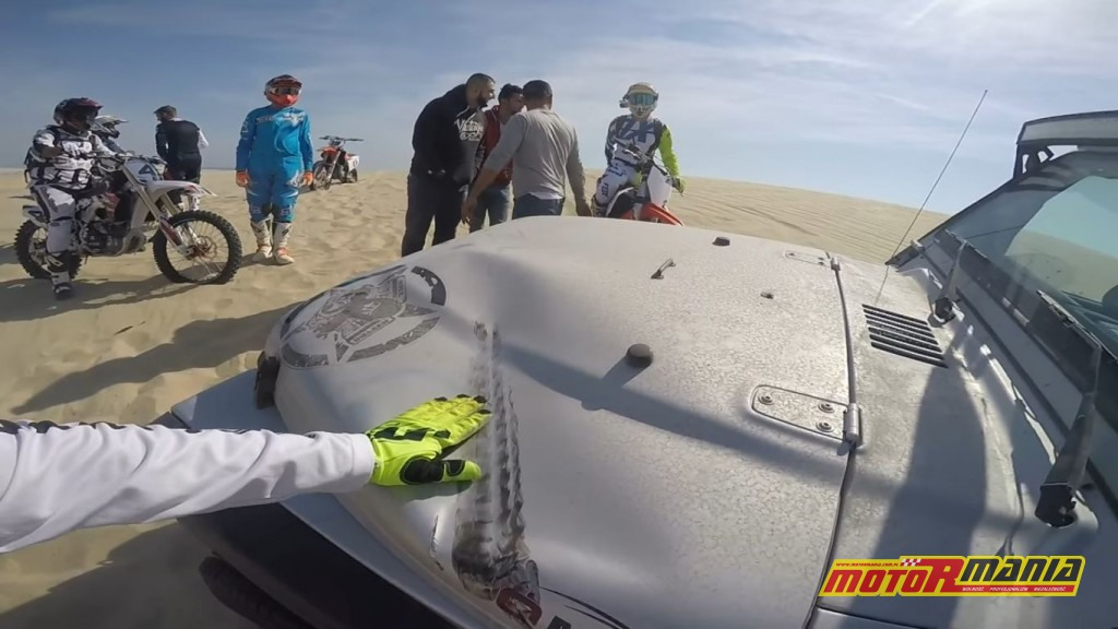 lądowanie na masce jeepa