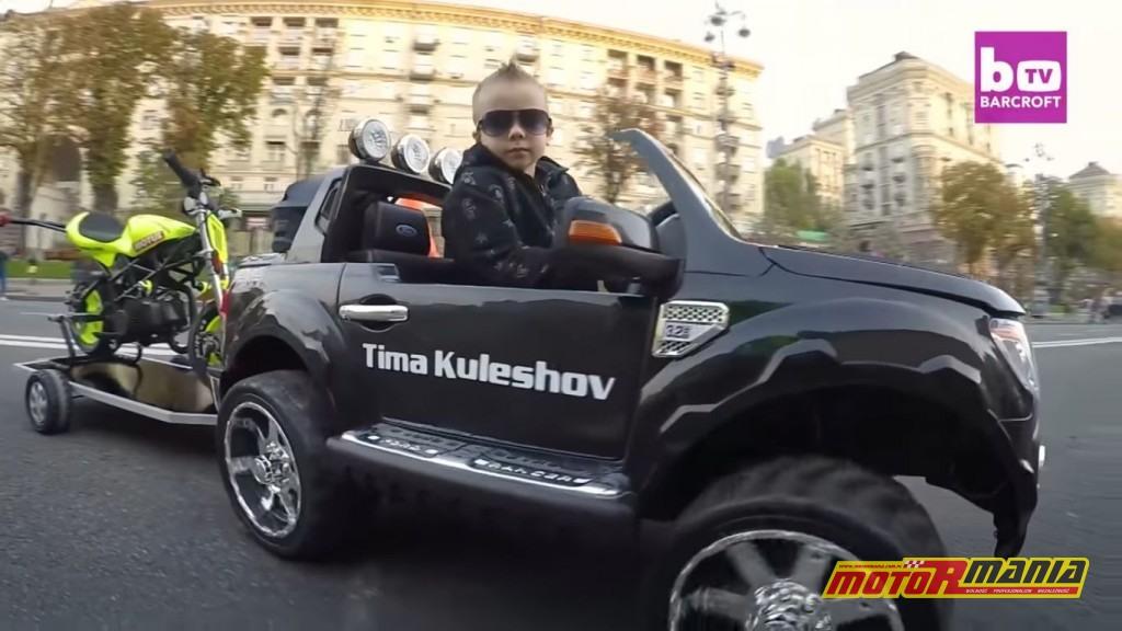 Tima Kuleshov w swoim pickupie ze stunt psem