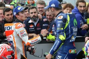 Rossi i Marquez podają sobie ręce po wyścigu