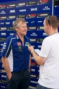 JB podczas rozmowy z Mickiem pomiędzy teamowymi ciężarówkami - zdjęcia Waldemar Walerczuk