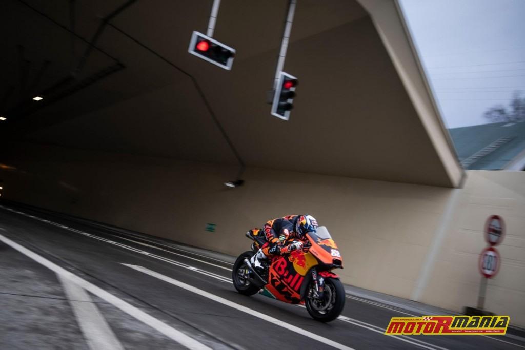 KTM RC16 i Miguel Oliveira w tunelu  (12)