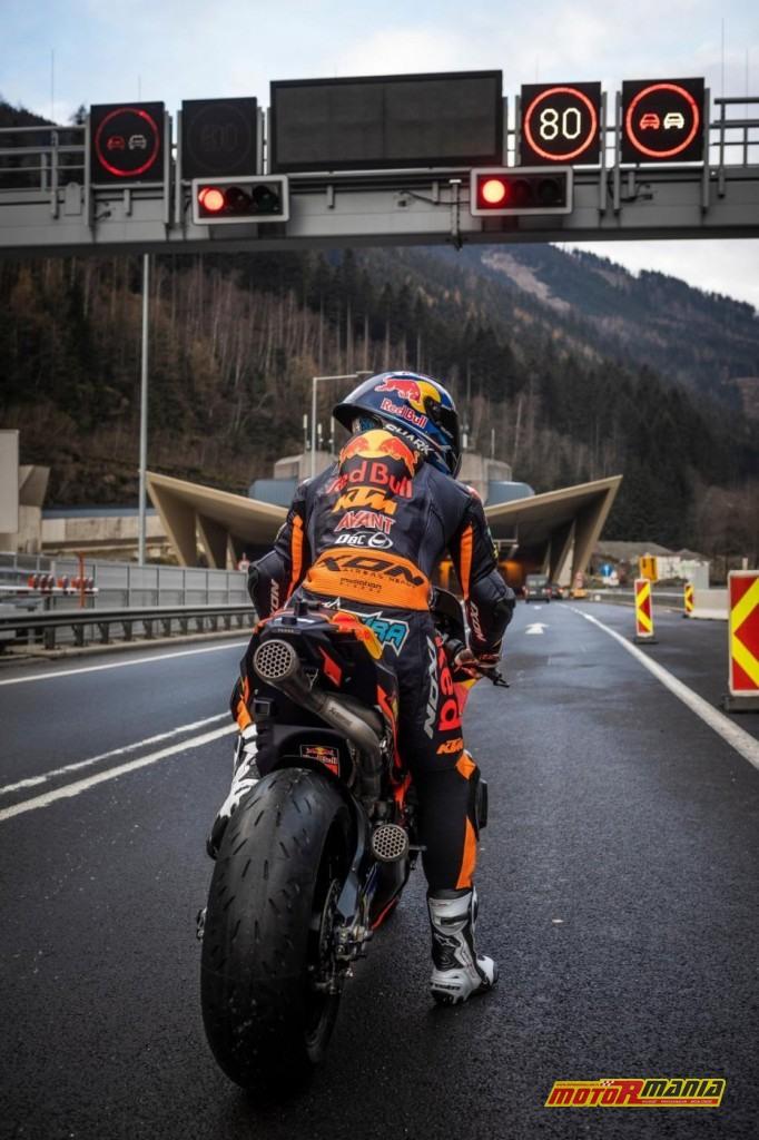KTM RC16 i Miguel Oliveira w tunelu  (9)