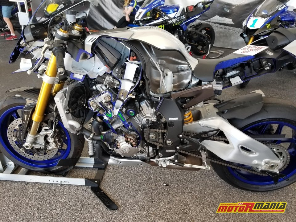 Yamaha R1 przecieta na pol (11)