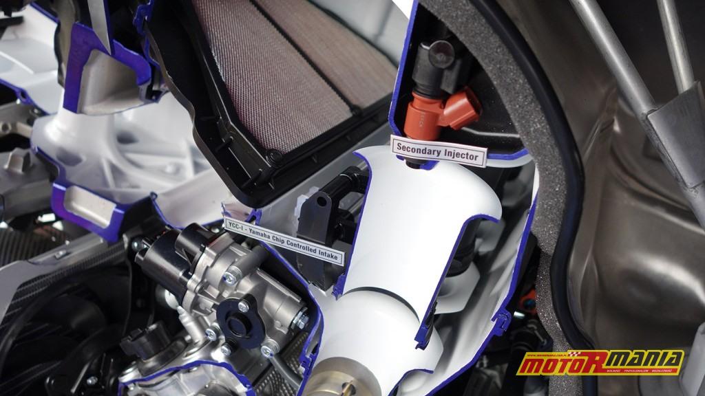 Yamaha R1 przecieta na pol (6)