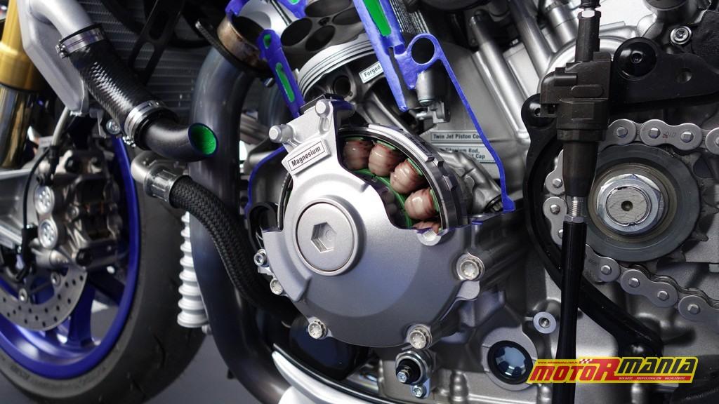 Yamaha R1 przecieta na pol (8)