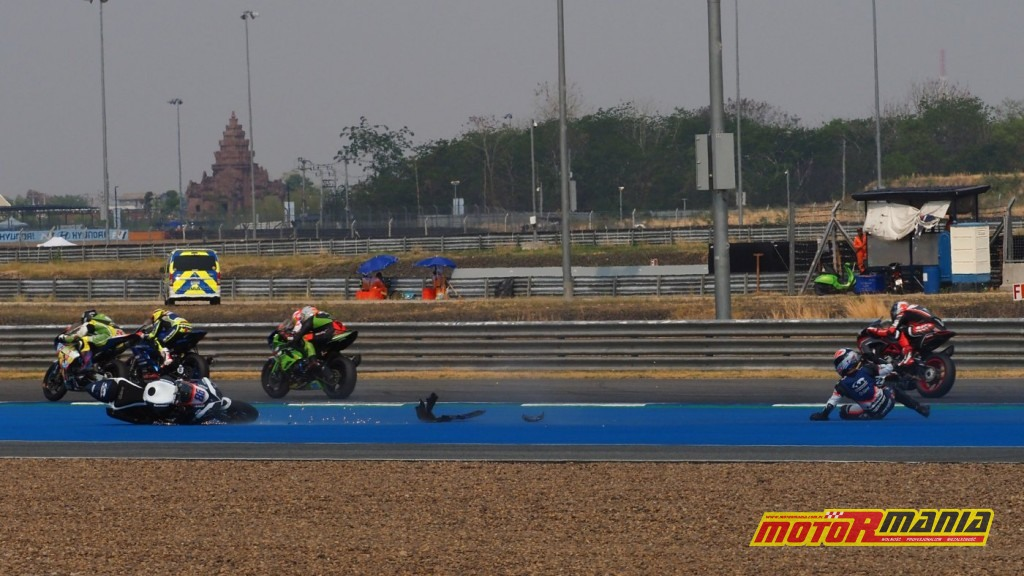 Perolari przelatuje nad Badovini - wypadek World Supersport Tajlandia 2019 - fot WorldSBK_com (8)