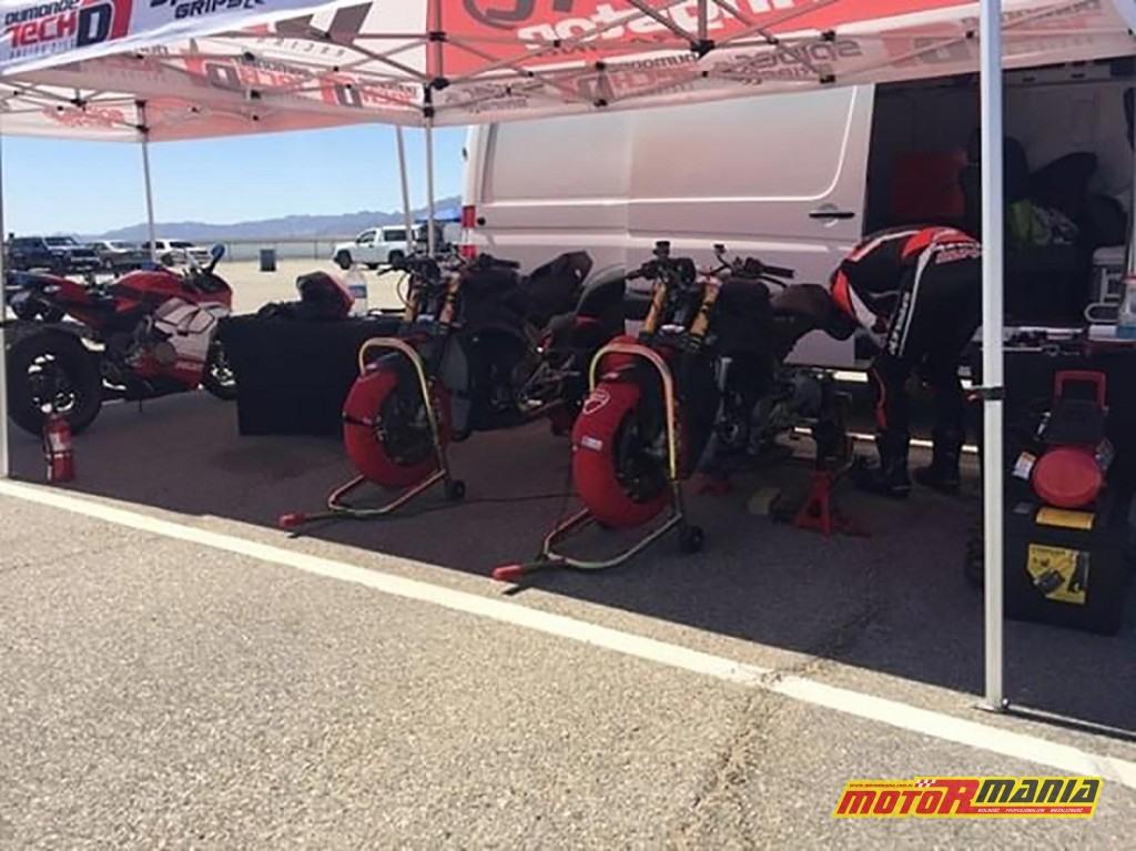 Carlin Dunne oraz Ducati na torze Chuckwalla.