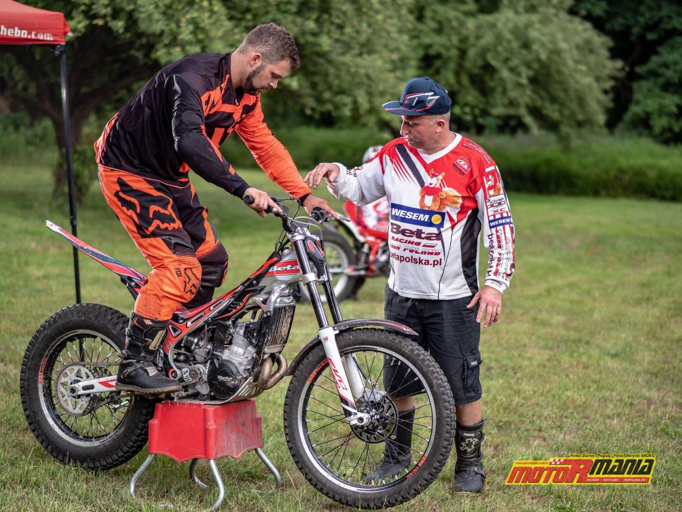 szkolenie trial technika jazdy trialówka - Piotr Jedrzejak jedzie - Andrzej Mistarz trener (1) - fot 64deg