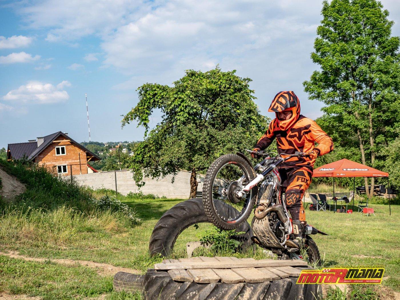 szkolenie trial technika jazdy trialówka - Piotr Jedrzejak jedzie - Andrzej Mistarz trener (15) - fot 64deg