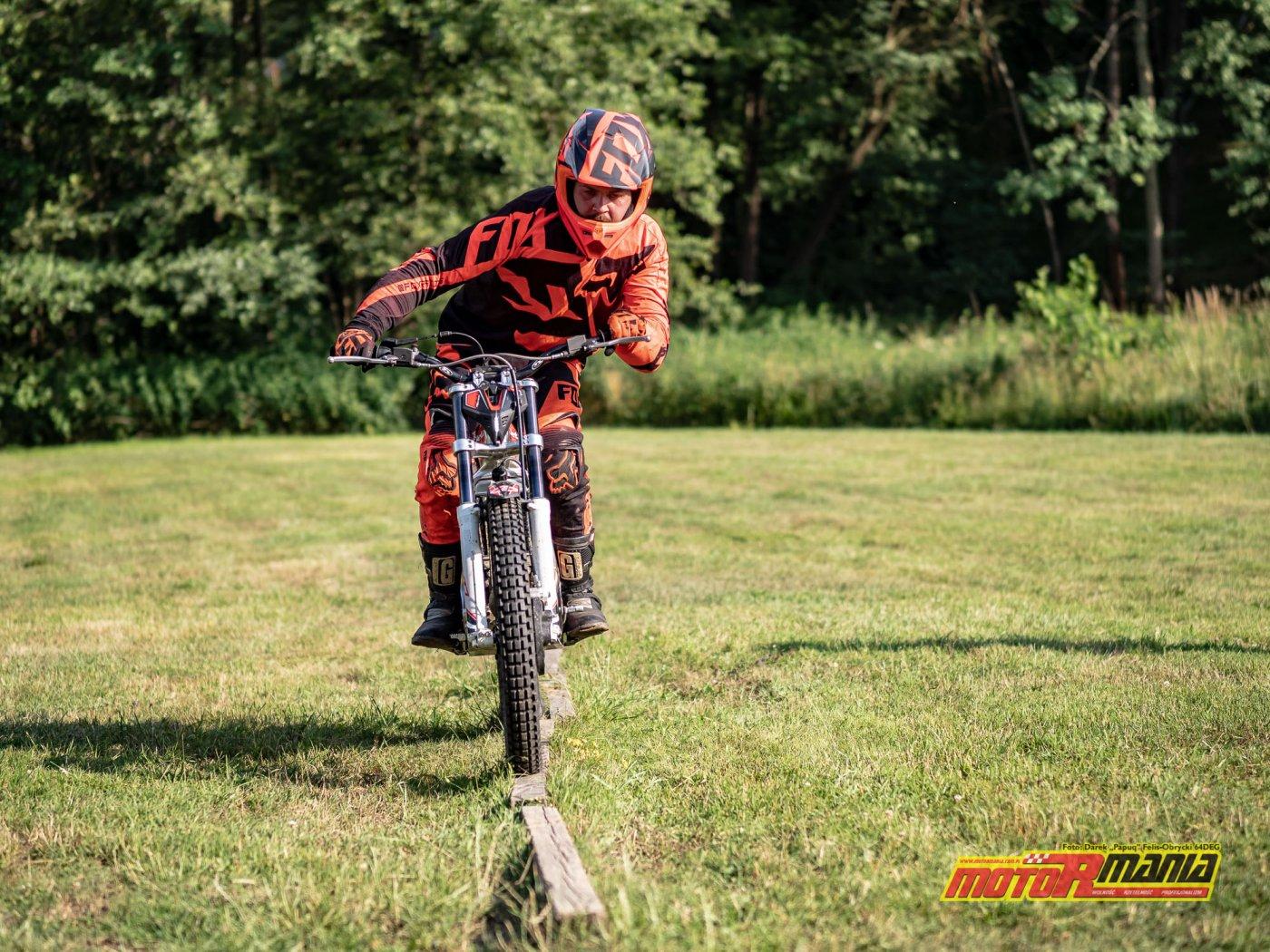szkolenie trial technika jazdy trialówka - Piotr Jedrzejak jedzie - Andrzej Mistarz trener (28) - fot 64deg