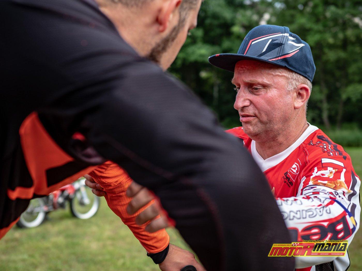 szkolenie trial technika jazdy trialówka - Piotr Jedrzejak jedzie - Andrzej Mistarz trener (3) - fot 64deg
