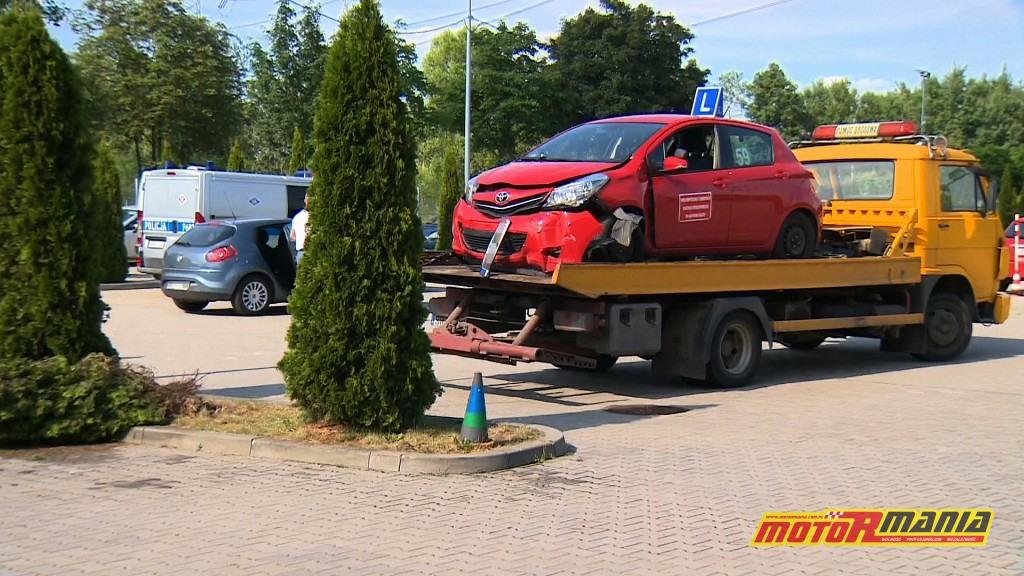 Samochód egzaminacyjny na miejscu zdarzenia, już na lawecie. (fot. TVN24)