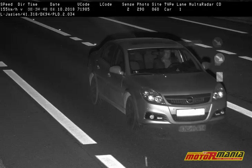 W oryginale zdjęcia, wizerunek kierowcy jest pewnie dość dobrze widoczny.