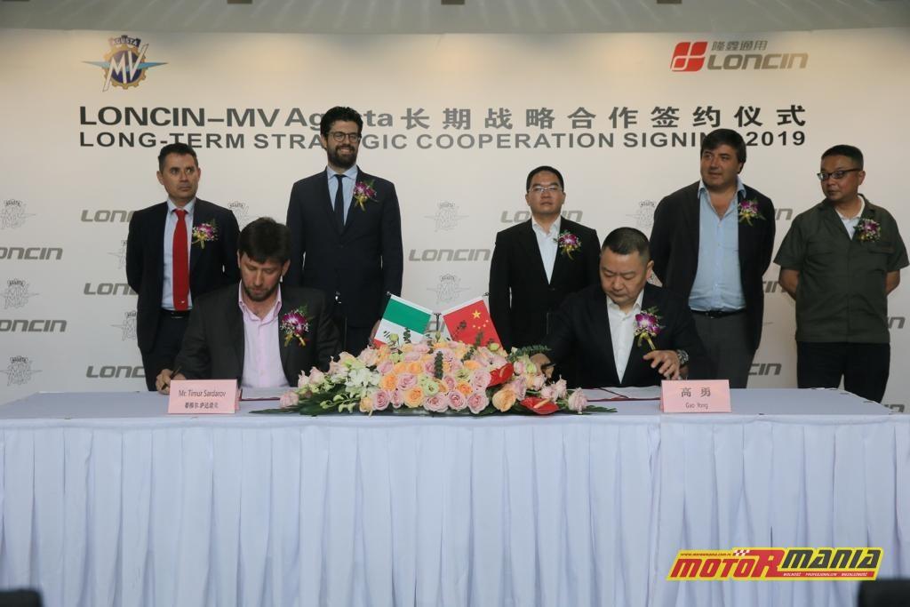 Timur Sardarov oraz Yong Gao podpisują porozumienie.