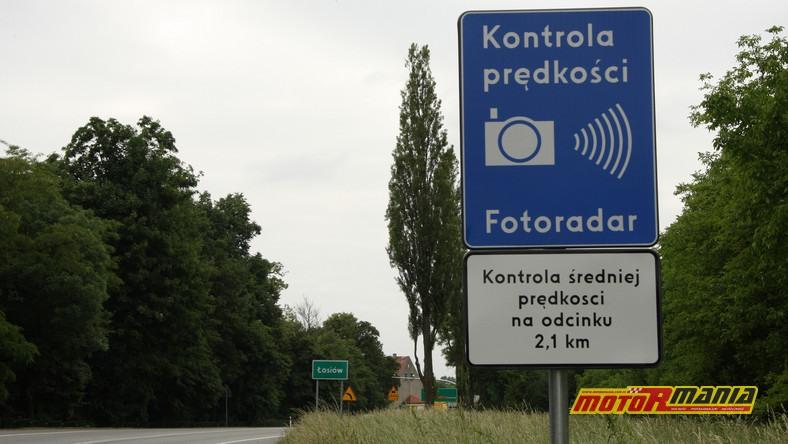 Dotychczasowy znak D-51 oraz nieczytelna tabliczka informująca o kontroli średniej prędkości. Te znaki mogą obowiązywać do sierpnia 2021 roku.